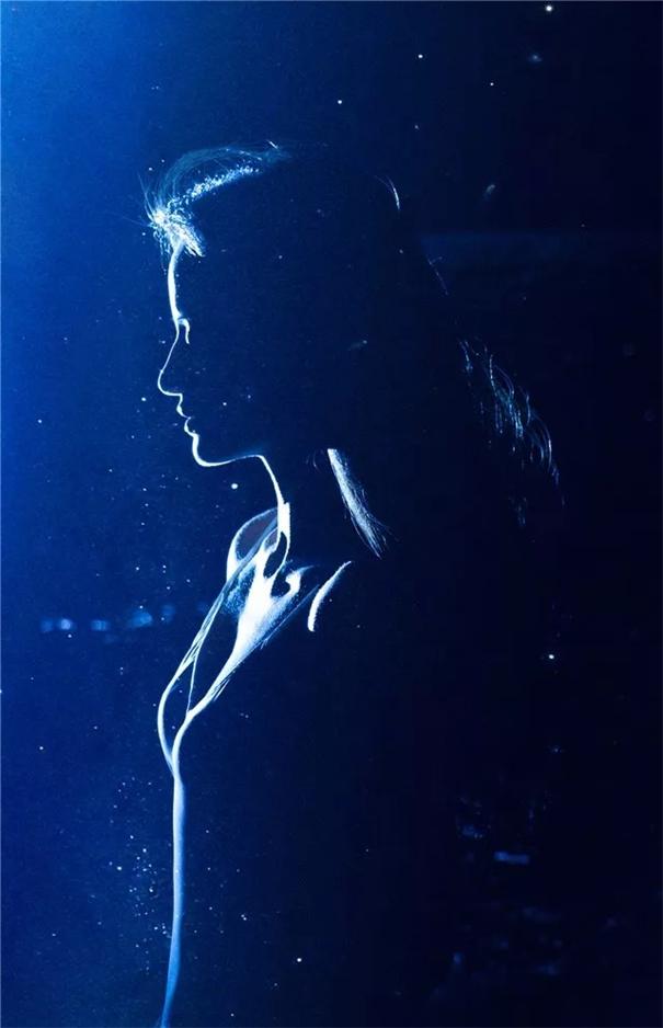 日與月映襯的少女 和夏天的海