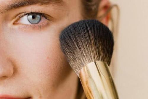 夏天拍照妆容持久不脱?化妆师教你解决五个溶妆难题
