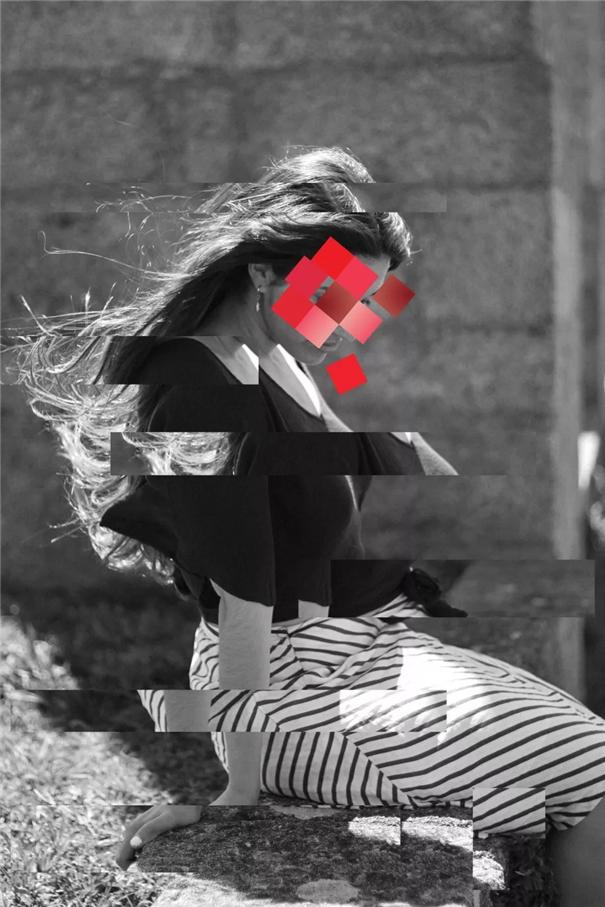 她在平面影像上创造虚拟宇宙,探索自我意识