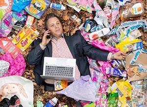 最新影楼乐虎娱乐平台新闻-躺在垃圾堆里拍照 这群人究竟在想什么?