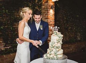 最新影樓資訊新聞-尷尬!婚禮蛋糕突然倒塌,攝影師除了笑還能做什么?