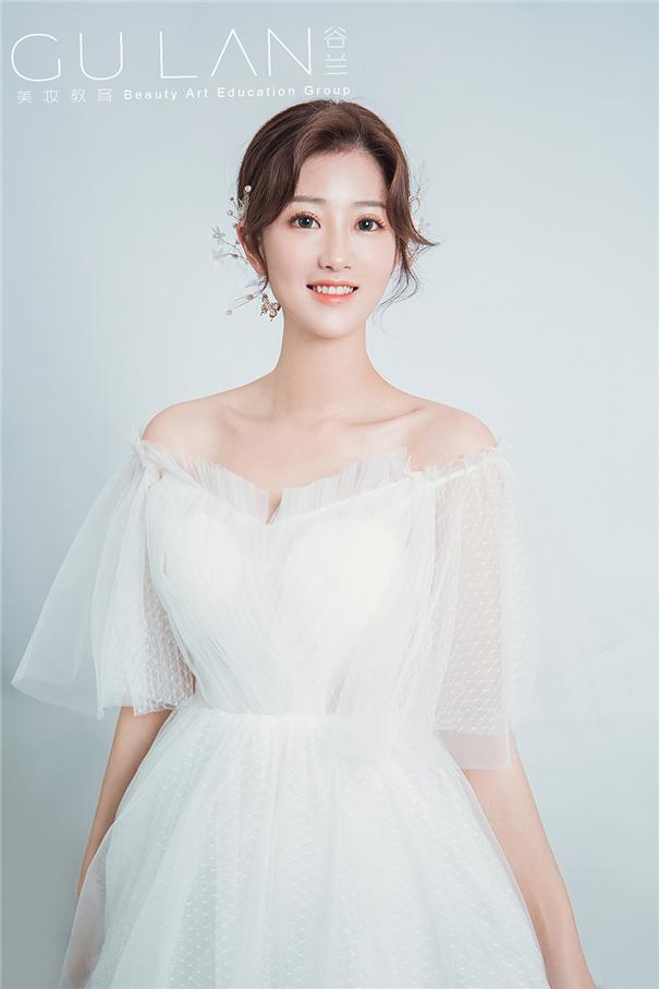 甜美淡雅 简约低髻韩式新娘造型