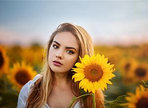 最新影樓資訊新聞-夕陽下的柔美少女 向日葵花海中的夢幻時刻