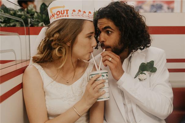 你想过在汉堡快餐厅办婚礼吗?还是老外会玩