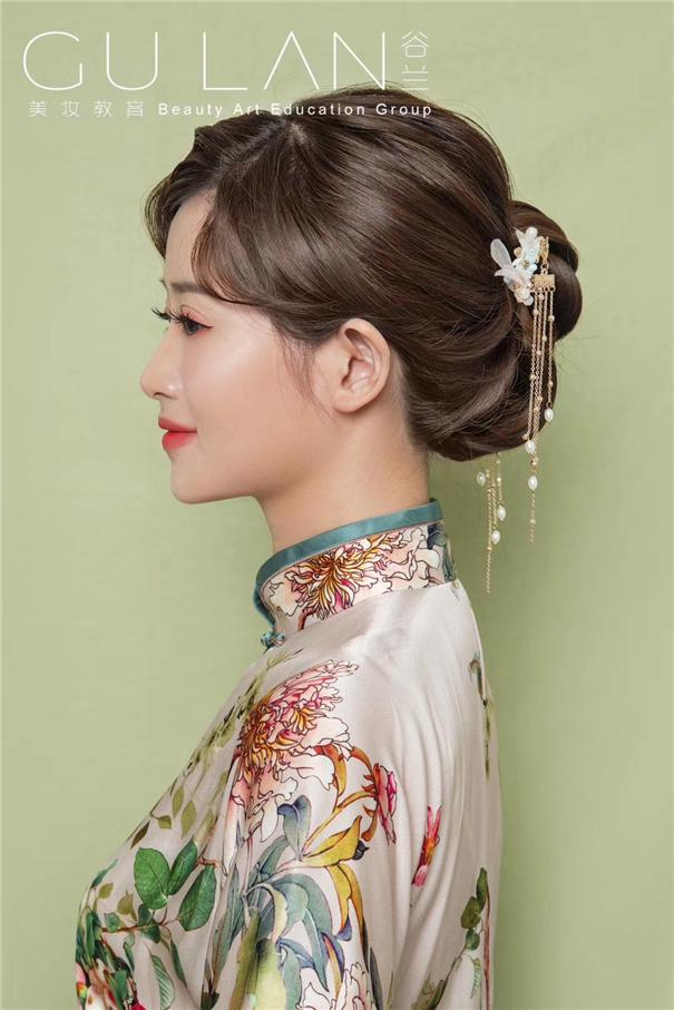 波纹刘海搭配气质盘发 清爽花鸟旗袍外型
