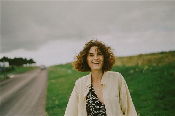 晨光中的复古少女 享受自由和风的旷野