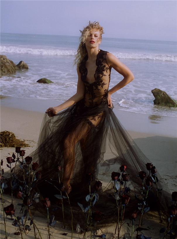 沙灘上的戲劇裝扮 時尚與古典的視覺碰撞
