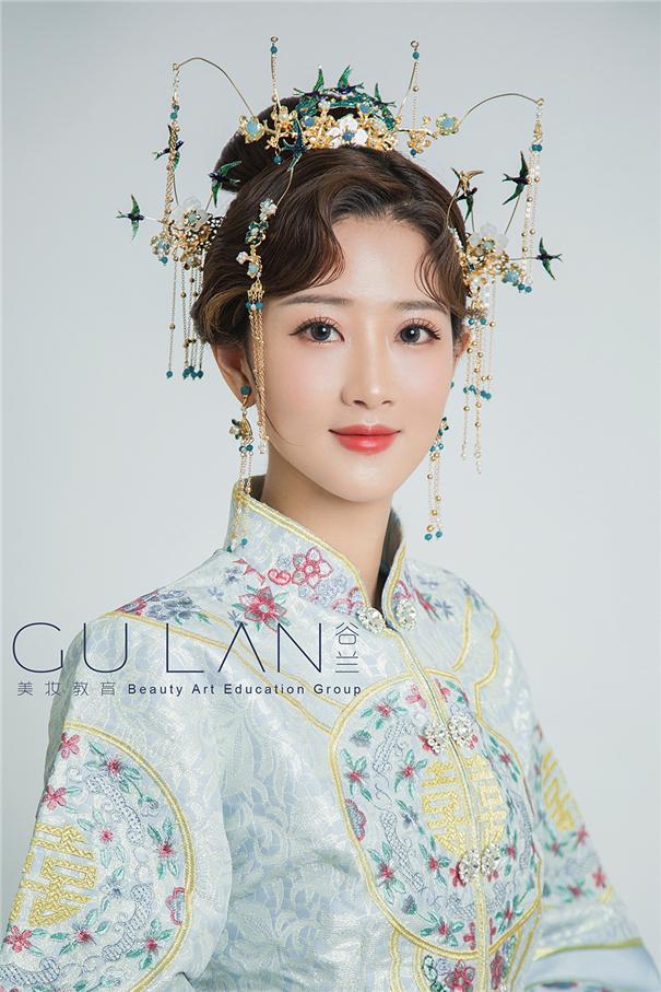 飞燕发冠高髻盘发 清雅气质中式新娘