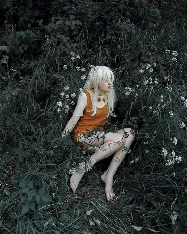 置身孤獨廣袤的荒野 柔美少女的寂寞身影