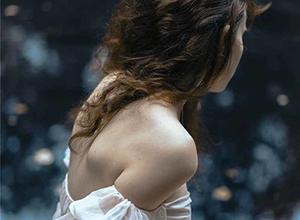 置身孤独广袤的荒野 柔美少女的寂寞身影