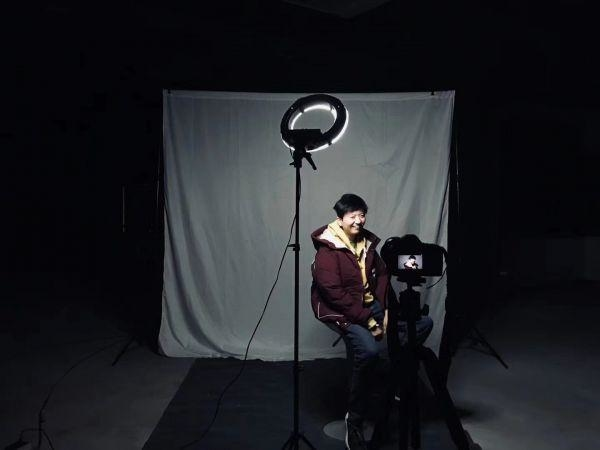 """他搭了一个""""情绪照相馆"""",用肖像记录普通人的悲欢"""