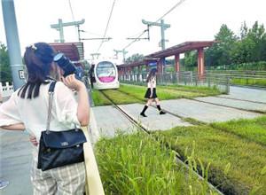"""最新影樓資訊新聞-軌道上拍寫真、公路上拍婚紗 危險拍攝成""""時尚"""""""