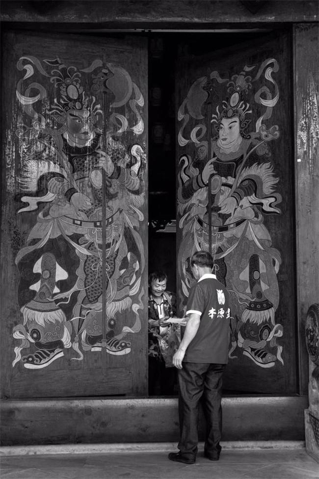 定格平凡温情《阆中古城·老人与门》亮相平遥国际摄影大展