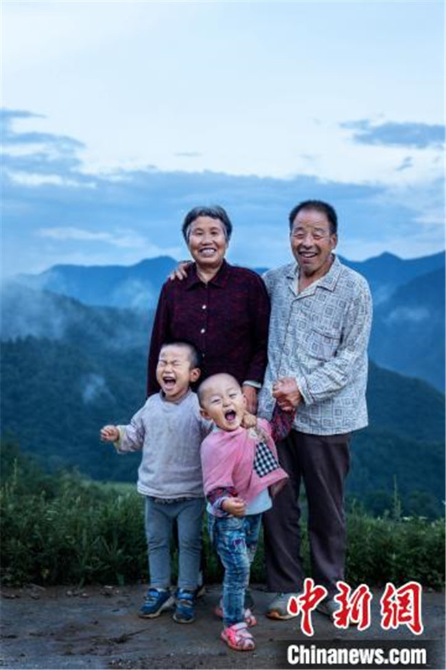 陕西小伙用镜头定格时光 留下数百位老人的微笑