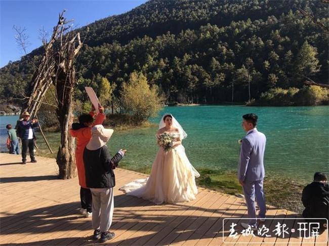 一年接待2万多对新人!玉龙雪山成热门婚纱旅拍基地